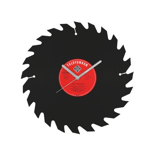 Laikrodis su diskiniu pjūklu iš perdirbtos vinilinės plokštelės