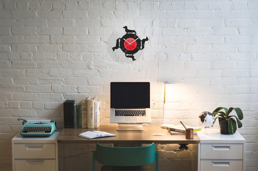 Laikrodis su keturiais taksais iš perdirbtos vinilinės plokštelės